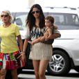 Camila Alves, son fils Levi et la maman de son compagnon Matthew McConaughey, Kay, dans les rues de Los Angeles se rendent dans un magasin de jouets (Los Angeles Target store), le 13 juillet 2009