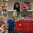 Camila Alves, son fils Levi et la maman de son compagnon Matthew McConaughey, Kay, au magasin de jouets (Los Angeles Target store), le 13 juillet 2009