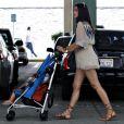 Camila Alves, son fils Levi et la maman de son compagnon Matthew McConaughey, Kay, partent d'un magasin de jouets (Los Angeles Target store), le 13 juillet 2009
