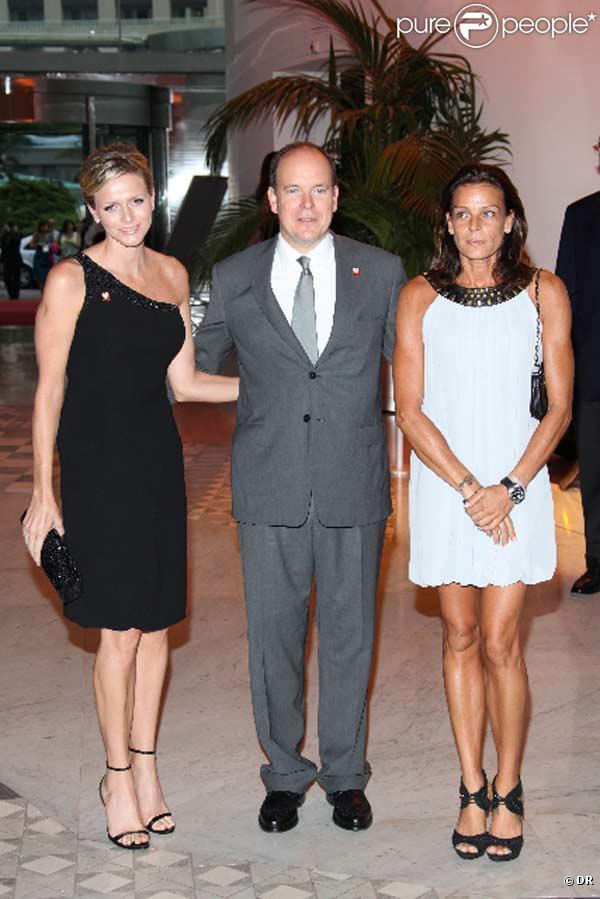 Charlene Wittstock, Albert Grimaldi et Stéphanie de Monaco arrivent à la soirée Fight Aids au Sporting Club Salle des Etoiles le 17 juillet 2009