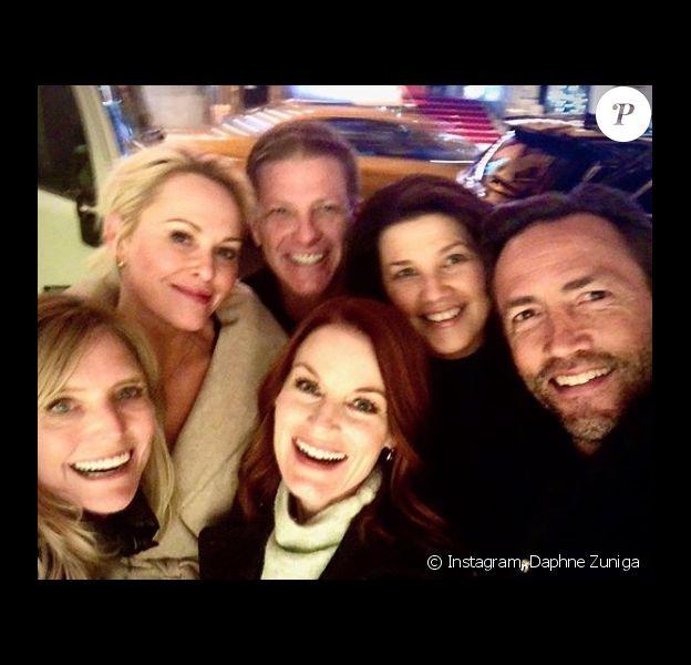 """Réunion """"Melrose Place"""" - Daphne Zuniga, Josie Bissett, Laura Leighton, Doug Savant, Andrew Shue et Courtney Thorne-Smith se retrouvent dans un bar. New York. Le 27 novembre 2019."""