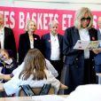 """Léonie, âgée de 14 ans accompagnée de ses parents (Francis et Stéphanie), Guy Alba, le président de l'association ELA, Nicolas Mathieu (Goncourt 2018), auteur de la dictée d'ELA, Brigitte Macron lors de la dictée d'ELA lors de sa 16ème édition au Collège Suzanne Lacore à Paris à une classe de 6ème le 14 octobre 2019. Cette dictée est le lancement officiel de la campagne """"Mets Tes Baskets et bats la maladie"""" à l'école. © Dominique Jacovides / Bestimage"""