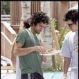 Adrian Grenier en pause détente avec un bon sandwich à Miami le 23/07/09
