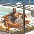 La sublime Beyoncé qui mène une vie d'enfer toute l'année entre sa tournée et ses promo, profite de ses vacances pour passer du temps avec son amoureux, Jay-Z. Et quoi de mieux qu'un yacht avec piscine et cocktails pour se reposer ?