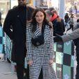 La chanteuse française Jain (Jeanne Galice) porte un long manteau noir et blanc à la sortie de l'émission AOL Live à New York le 25 janvier 2018.