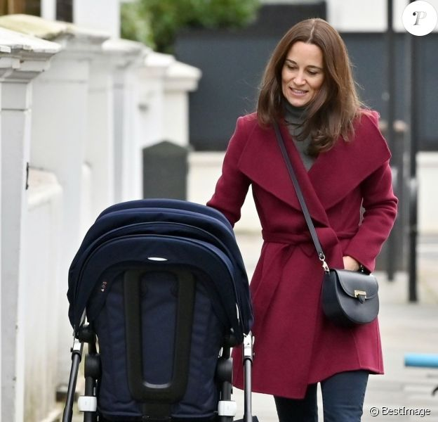Exclusif - Pippa Middleton promène son fils Arthur en poussette dans les rues de Londres le 16 décembre 2019.