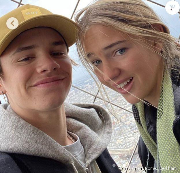 Romeo Beckham et sa petite amie Mia Regan sur le toit de la Tour Eiffel à Paris. Décembre 2019.