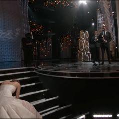Jennifer Lawrence chute en récupérant son Oscar en 2014.