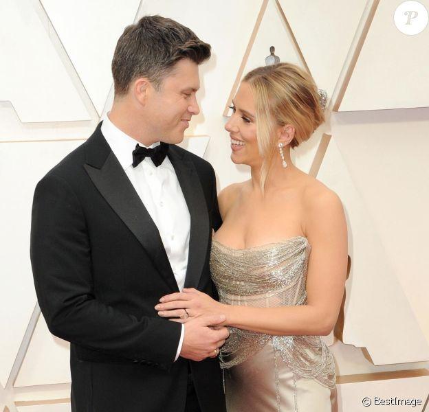 Scarlett Johansson et son fiancé Colin Jost lors du photocall des arrivées de la 92ème cérémonie des Oscars 2020 au Hollywood and Highland à Los Angeles, Californie, Etats-Unis, le 9 février 2020.