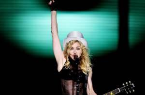 Madonna sort en peignoir... et sa fille Lourdes tente de l'imiter sur scène !