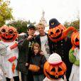 Jean-Luc Reichmann et ses enfants Hugo et Rosalie le 04 octobre 2004 à Disneyland Paris.