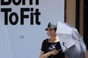 Quand Famke Janssen se cache sous son parapluie pour masquer son look discutable... Grillée !
