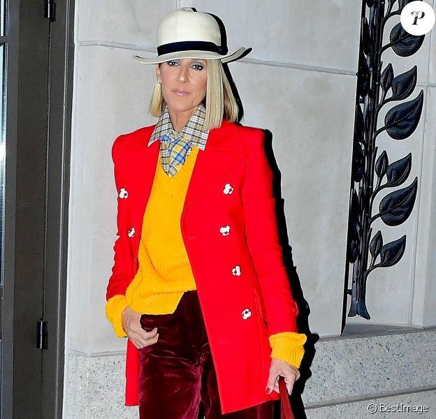 Céline Dion porte un ensemble coloré et un chapeau blanc à la sortie du Barclays Center à New York le 28 février 2020.