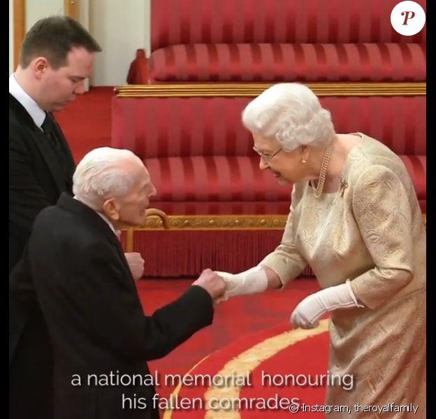 Elizabeth II (avec des gants) lors d'une cérémonie d'investiture au palais de Buckingham le 3 mars 2020.