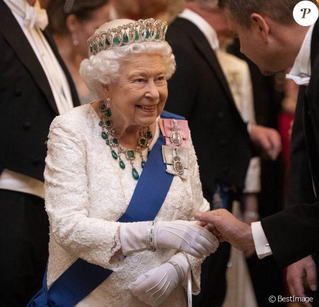 La reine Elisabeth II d'Angleterre reçoit les membres du corps diplomatique à Buckingham Palace, le 11 décembre 2019.