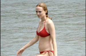 La ravissante Heather Graham tellement sexy en bikini... à la plage avec son chéri !