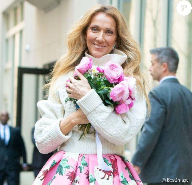 Celine Dion salue ses fans à la sortie de son hôtel à New York, le 8 mars 2020