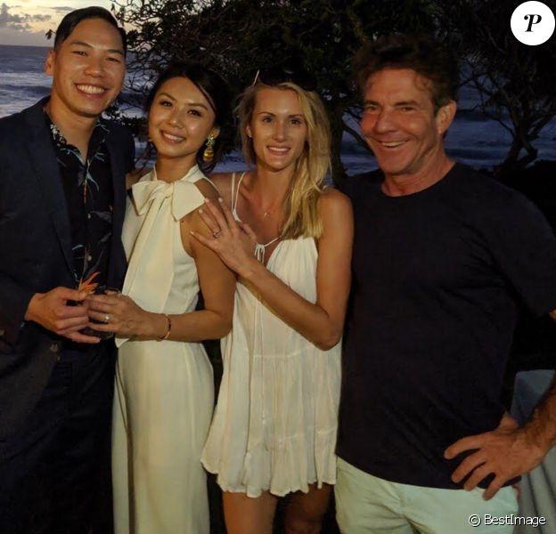 Exclusif - Dennis Quaid (65 ans) et sa jeune compagne Laura Savoie (26 ans) pendant leurs vacances à Oahu (Hawaï) le 21 octobre 2019, posant avec un couple de jeunes mariés.