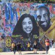Des fans ont tagué un mur du quartier de Hollywood avec la photo de Kobe Bryant et sa fille Gianna Bryant mort dans un accident d'hélicoptère à Los Angeles, le 8 février 2020