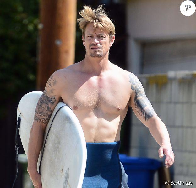 Exclusif - Joel Kinnaman, malgré le confinement, est de sortie pour une session surf à Los Angeles le 29 mars 2020.