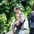 Matthew McConaughey, sa compagne Camilla et leur fils Levi surveillent des travaux devant leur maison, à Los Angeles. Août 2009