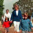 Diana avec ses fils William et Harry en 1989.