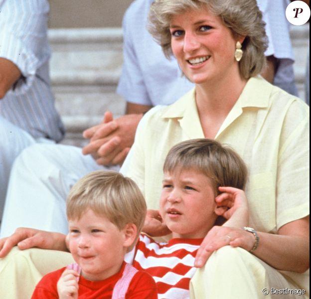 Diana avec ses fils William et Harry à Majorque, en 1987.