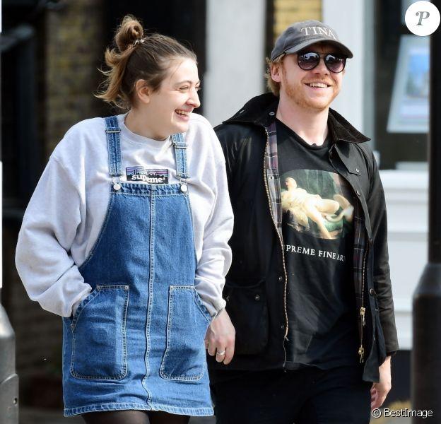 Exclusif - Rupert Grint et sa compagne Georgia Groome déjeunent avec des amis à Londres le 17 avril 2019.