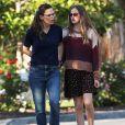 Jennifer Garner et sa fille ainée Violet sortent sans protection à Pacific Palisades pendant l'épidémie de coronavirus (COVID-19) le 13 avril 2020.