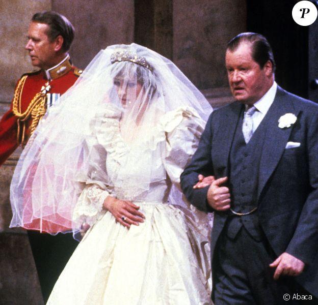 Diana au bras de son père Earl Spencer lors de son mariage avec le prince Charles à Londres, le 29 juillet 1981.