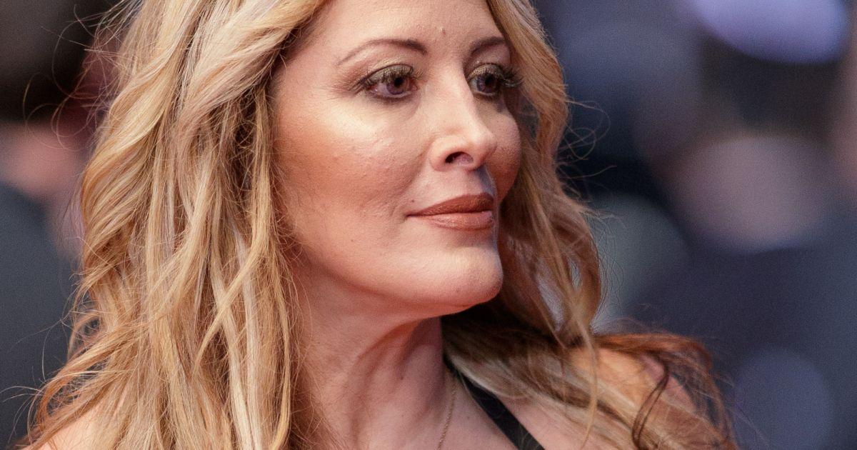 Loana Decollete Genereux Cheveux Lisses Pour Un Retour En Beaute Purepeople