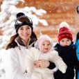 Le prince William, duc de Cambridge et Catherine Kate Middleton, la duchesse de Cambridge et leurs enfants le prince George et la princesse Charlotte posent lors de leurs vacances dans les Alpes françaises le 7 mars 2016.