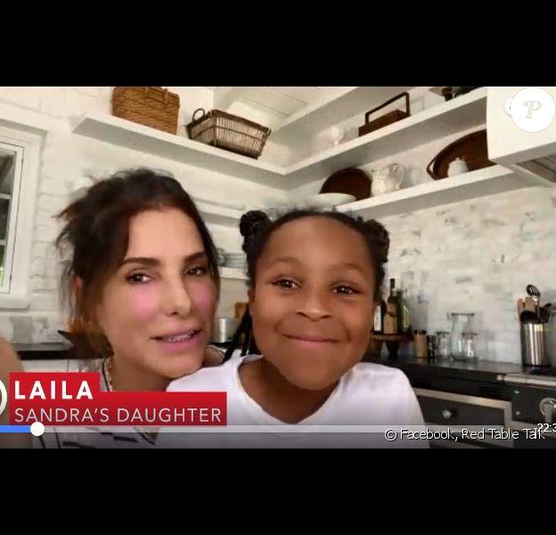 Sandra Bullock est apparue avec sa fille Laila, 8 ans, qu'elle a adoptée en 2015, dans l'émission Red Table Talk le 8 mai 2020, dédiée aux héroïnes de la lutte contre le coronavirus à l'approche de la fête des Mères.
