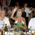 Ivana Trump entourée par son homme et Massimo Gargia lors de la soirée des Vendanges du Désert, au domaine de Bertaud-Belieu, le 27 août 2009