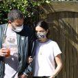 Exclusif - Ben Affleck et Ana de Armas, équipés de masques, se promènent avec le chien de l'actrice tandis que Ben Affleck se désaltère avec une boisson fraîche à Los Angeles, le 14 mai 2020.