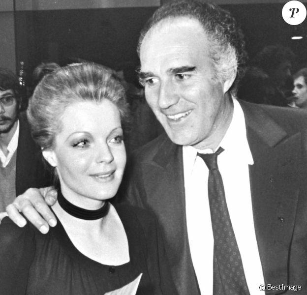 """Michel Piccoli et Romy Schneider à la première du film """"Max et les ferrailleurs"""" à Paris en 1971."""