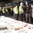 Le roi Felipe VI d'Espagne et la reine Letizia se sont rendus à Mercamadrid, la plus grande plateforme logistique de produits frais d'Espagne, le 21 mai 2020 à partir de 5h30 du matin, pour soutenir l'effort des professionnels qui maintiennent l'approvisionnement du pays en produit frais pendant l'épidémie de coronavirus (COVID-19).