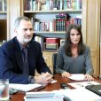 Le roi Felipe VI d'Espagne et la reine Letizia au travail au palais de la Zarzuela à Madrid le 20 mai 2020 lors d'une visioconférence avec des artistes de la nouvelle scène culturelle espagnole.