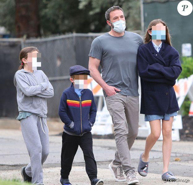 Ben Affleck lors d'une balade avec ses trois enfants Violet, Seraphina et Samuel à Los Angeles le 24 mai 2020.