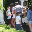 Ben Affleck et sa compagne Ana de Armas sortent les chiens avec les enfants de Ben, Violet (short blanc), Seraphina (short noir) et Samuel (porte une casquette) à Los Angeles le 23 mai 2020.