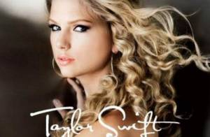Taylor Swift : Blonde ou brune, sage ou fatale : tous ses looks dans son nouveau clip, You Belong With me ! Regardez !