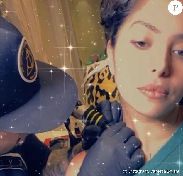 Vanessa Bryant, la veuve de Kobe Bryant, se fait tatouer en l'honneur de son mari et de leur Gianna, également décédée. Juin 2020.