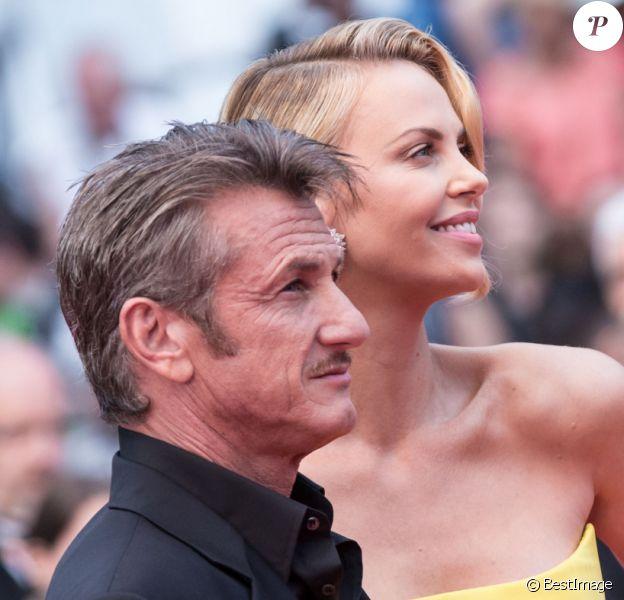 """Charlize Theron et Sean Penn - Montée des marches du film """"Mad Max : Fury Road"""" lors du 68 ème Festival International du Film de Cannes, à Cannes le 14 mai 2015."""