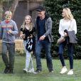 Exclusif - Dennis Quaid avec ses enfants Thomas et Zoé et sa nouvelle fiancée Laura Savoie de sortie dans le quartier de Pacific Palisades à Los Angeles le 1er décembre 2019 pour acheter leur sapin de Noël.