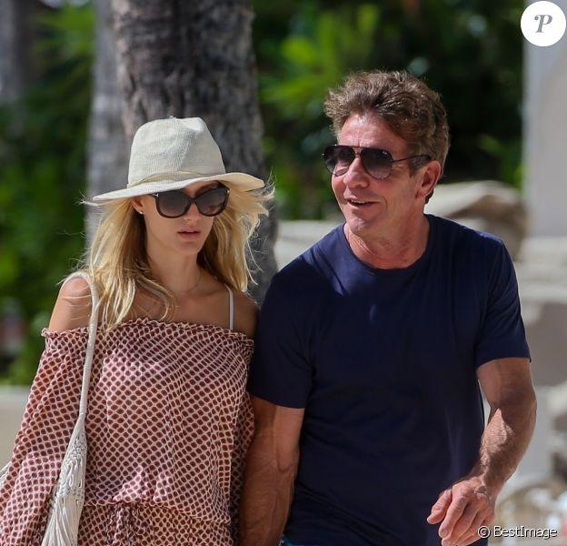 Exclusif - Dennis Quaid et sa fiancée Laura Savoie sur une plage à Honolulu (Hawaï) le 18 octobre 2019