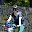 Exclusif - Anne Hathaway et son mari Adam Shulman vont à la plage en vélo en banlieue dans le Connecticut, le 3 mai 2020.