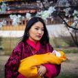 Jigme Khesar Namgyel Wangchuck, le roi du Bhoutan et sa femme Jetsun Pema présentent leur nouveau-né à Thimphou le 16 mars 2016. Le petit prince est né le 5 février 2016. Pour célébrer la naissance du prince dans la tradition bouddhiste, le royaume a planté 108 000 arbres car ils sont considérés comme source de la vie.
