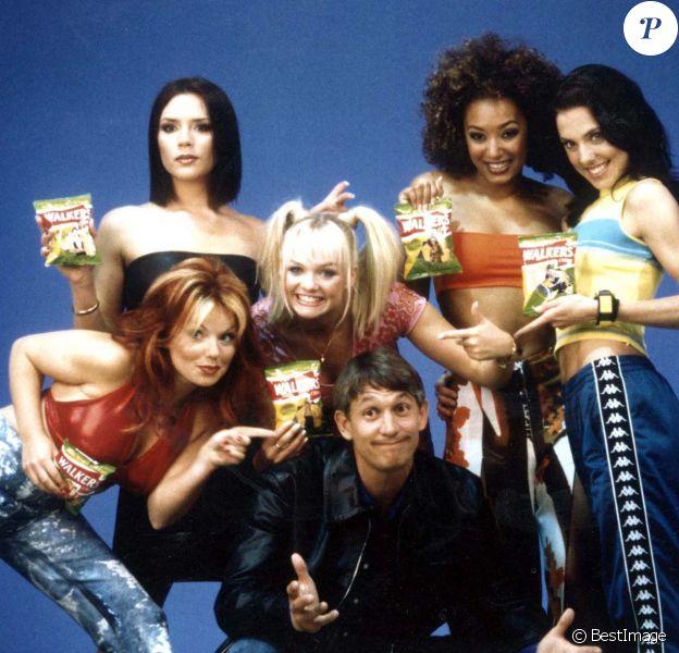Les Spice Girls (Mel C, Emma Bunton, Victoria Beckham, Geri Halliwell et Melanie Brown) - Publicité pour les chips Walker. Le 23 juillet 1997.