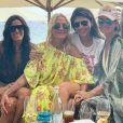 Laeticia Hallyday lors d'un déjeuner entre filles à Saint-Barthélemy le 15 août 2019, avec Hoda Roche, Issartier  Marilyne, Liliane Jossua, mais aussi Sylviane, la nounou de ses filles Jade et Joy, et Cécile Angéli.