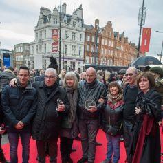 """Jane, Mitch, Rene Selner, Janis Winehouse, Richard Collins - Les parents d'Amy Winehouse et les célébrités assistent à l'inauguration de la plaque en hommage à la chanteuse sur Camden High Street sur le nouveau """"Music Walk of Fame"""" à Londres, le 4 mars 2020. Amy Winehouse est décédée le 23 juillet 2011 à l'âge de 27 ans."""